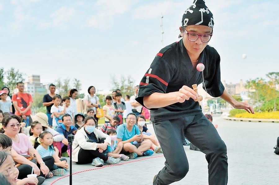 街頭劍玉師「小螺絲」在傳統民藝加入當代街頭展演元素,顛覆一般人對劍玉的印象。(曹婷婷翻攝)