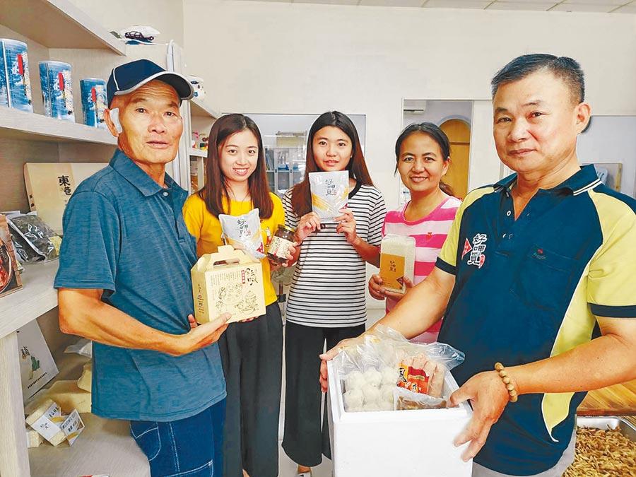 東港社區發展協會理事長謝武南(左一)帶領一群熱血鄉民組織合作社,並建立「好呷覓」品牌,銷售在地特產。(張毓翎攝)