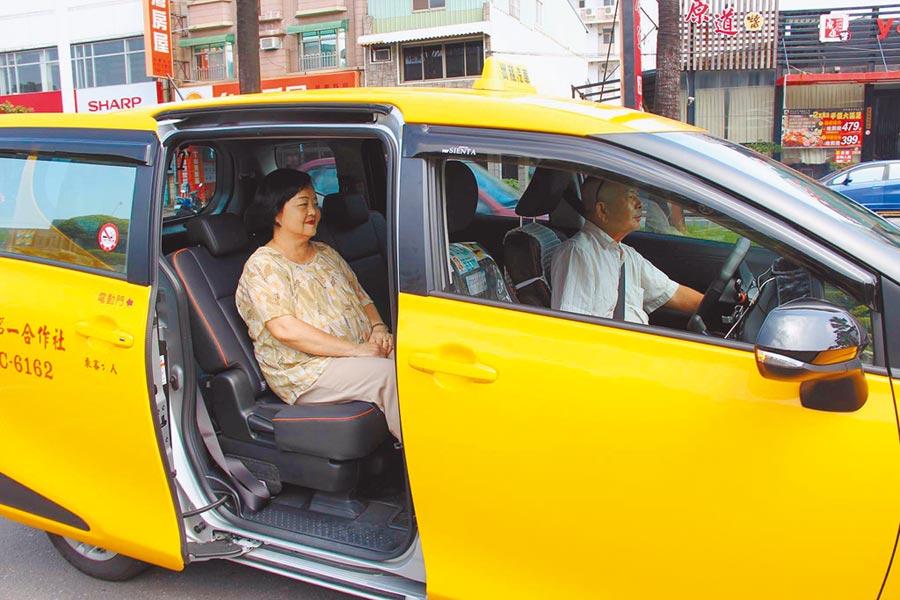 屏東縣政府去年推出「小黃公車服務」,今年再推出全新車輛服務4條路線,為了提高辨識度,每輛小黃公車皆裝設LED車燈識別。(潘建志翻攝)