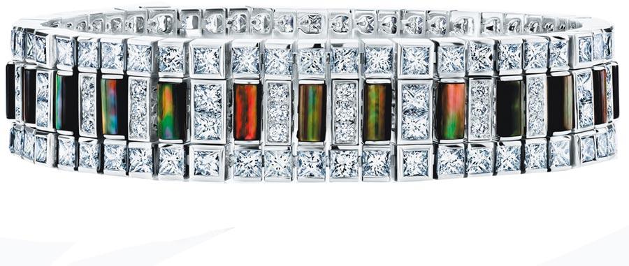 De Beers來台展出Portraits of Nature系列Chapman's Zebra高級珠寶手環,715萬元。(De Beers提供)