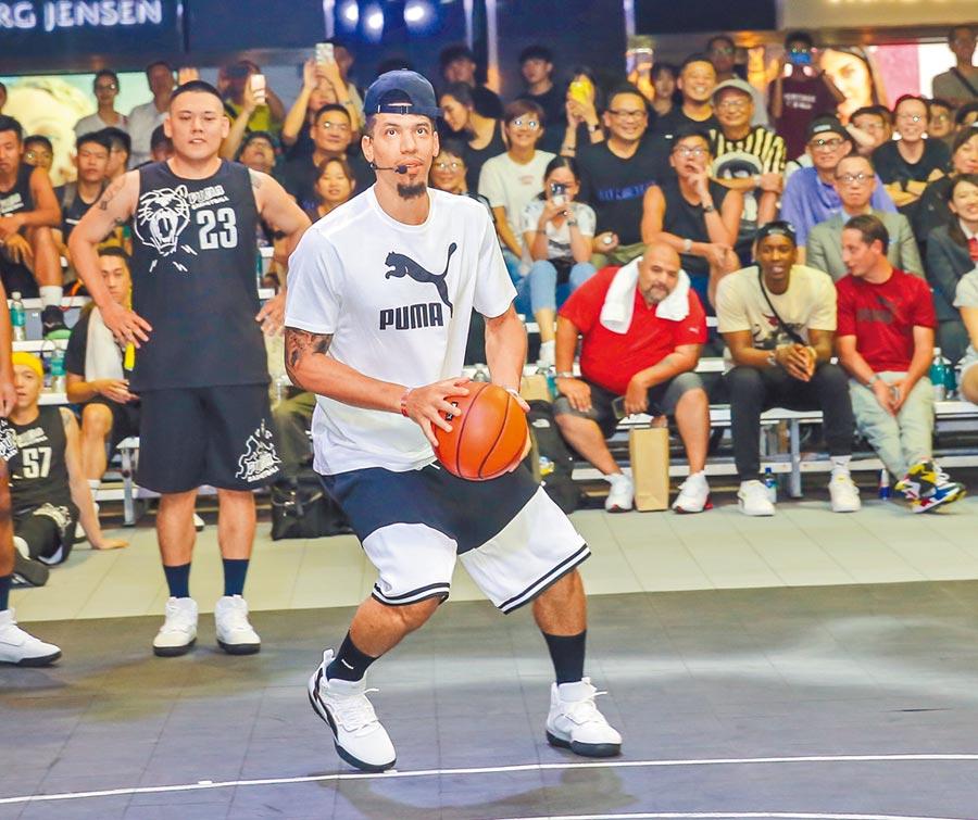 NBA球星Danny Green(27日)現身101水舞廣場,與球迷互動。(盧禕祺攝)