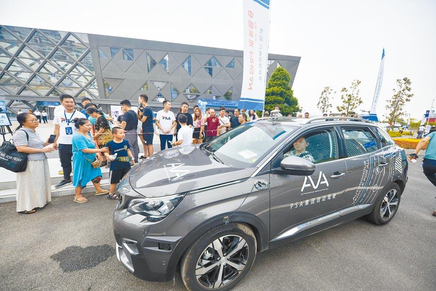 8月28日,重慶市民體驗5G自動駕駛。(新華社)