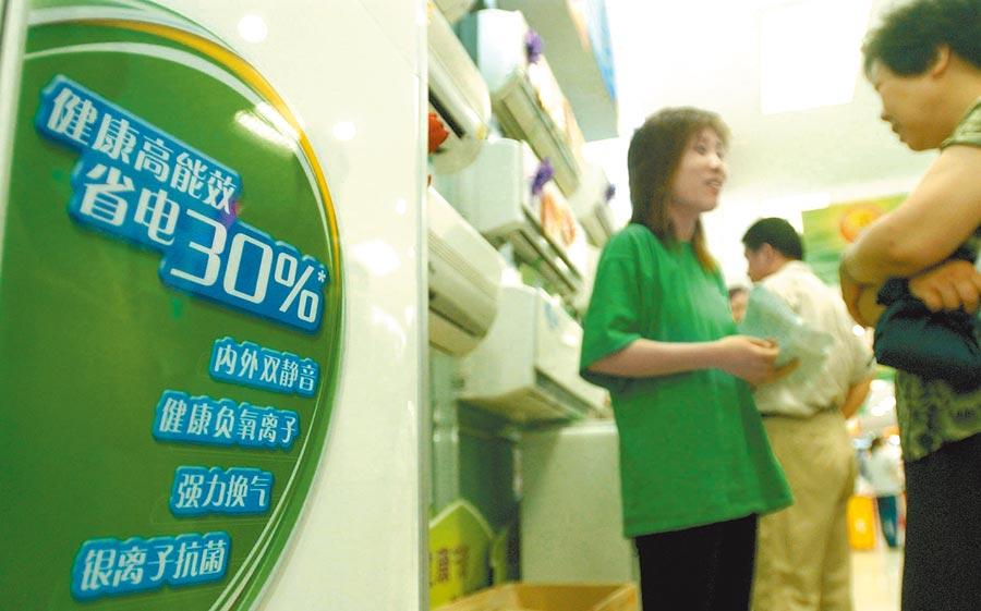節能家電成為石家莊電器賣場一大賣點。(新華社資料照片)