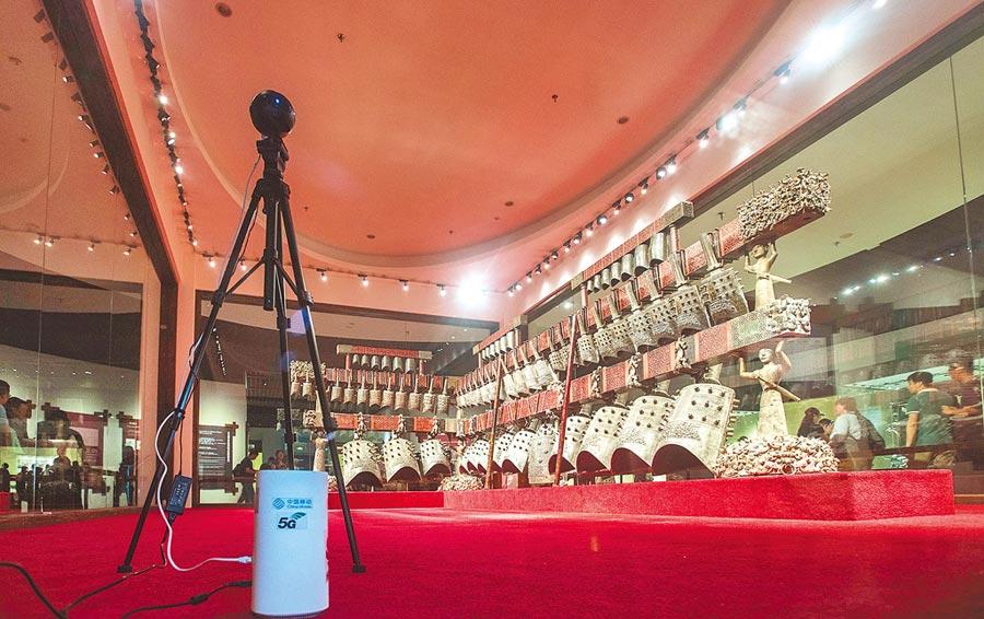 5月17日,湖北省博物館利用5G對曾侯乙編鐘進行直播展示。(新華社)