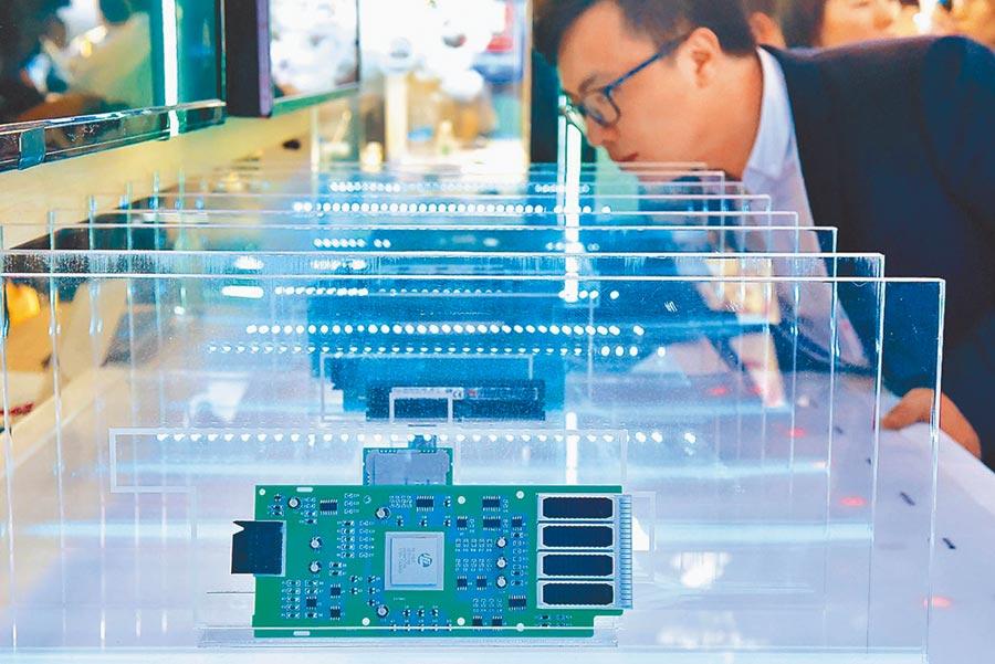 5月26日,中國國際大數據產業博覽會在貴陽開幕,參展商在數博會上展示華為研發的閃存系統。(新華社)