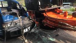 拖板車過彎  小怪手滑落撞對向貨車