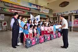 國民黨民眾服務社贈書包給貧童