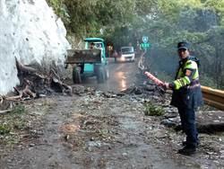 颱風過後仍好危險 貨車卡中橫山腰險落山谷