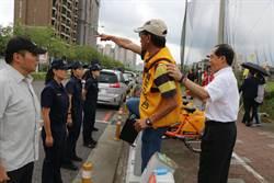蔡英文視察台中教育 退警路旁抗議