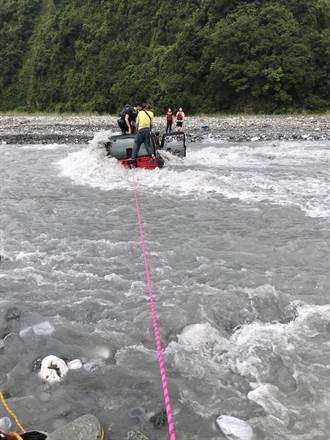 二子山溪水暴漲 吉普車6人困溪水