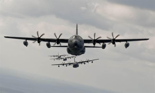 美國空軍MC-130J特戰運輸機編隊飛行的資料照。(美國空軍)