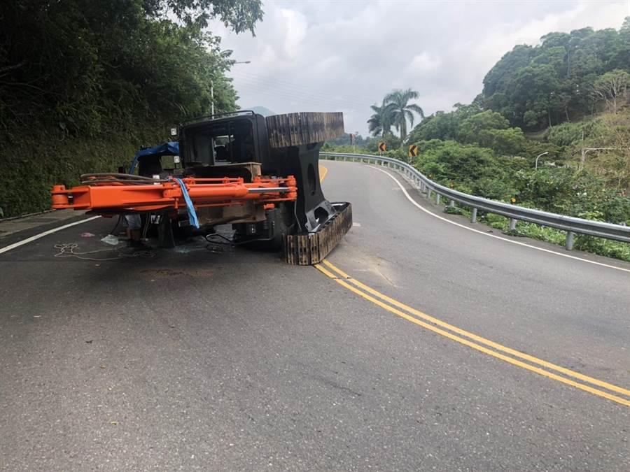 拖板車過彎時,疑因未固定好,造成小怪手滑落,撞上對向45歲吳姓男子駕駛的貨車。(翻攝照片/葉書宏新北傳真)