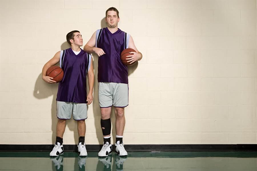 美國明尼蘇達大學研究指出,男性罹患大腸癌的因素之一,竟與腿長有關。(示意圖/達志影像)