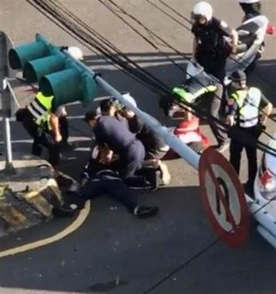 汐止分局薛姓員警追查一名逃逸車輛,遭歹徒撞擊後撞安全島殉職。(翻攝報廢公社)