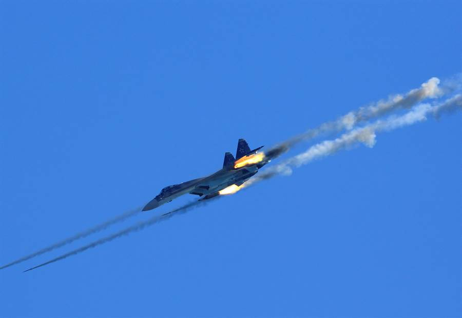 俄羅斯蘇--35S戰機發射飛彈的資料照。(達志影像/Shutterstock)