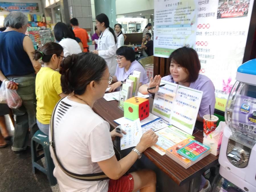 衛生福利部台中醫院30日在一樓大廳結合地區小農市舉辦失智症預防宣導活動。(馮惠宜攝)
