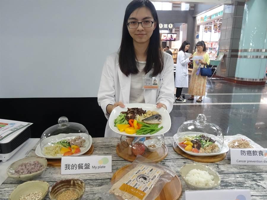 衛生福利部台中醫院營養師詹于萱在現場示範「防癌飲食」及「預防失智症飲食」,掌握「在地蔬菜水果新鮮購、新鮮吃」。(馮惠宜攝)