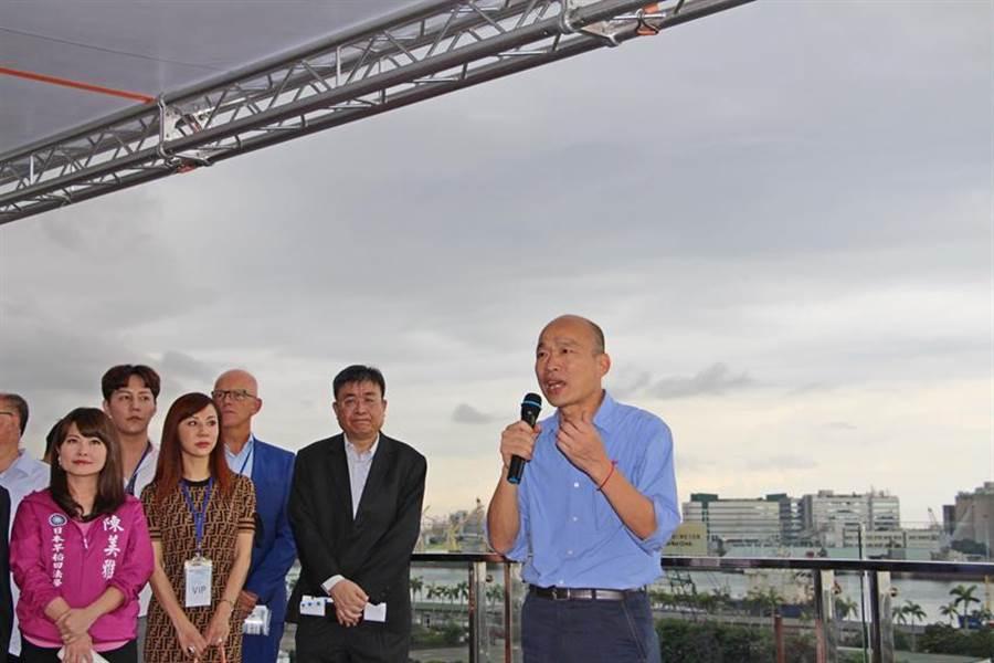 高雄市長韓國瑜(右)表示,就讓我們從愛情摩天輪出發,讓高雄蛻變成浪漫的愛情之都。(圖/市府提供)