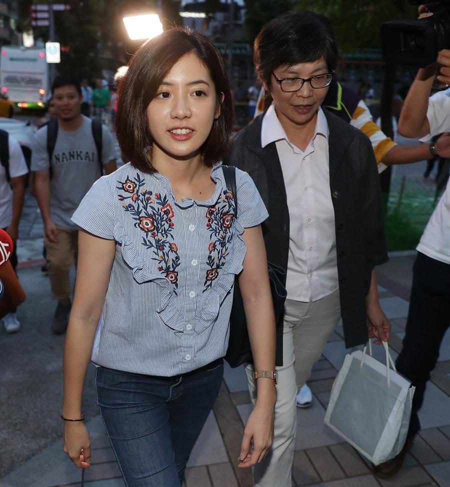 台北市政府發言人黃瀞瑩(左)與市政顧問蔡壁如到龍山寺參拜。(季志翔攝)