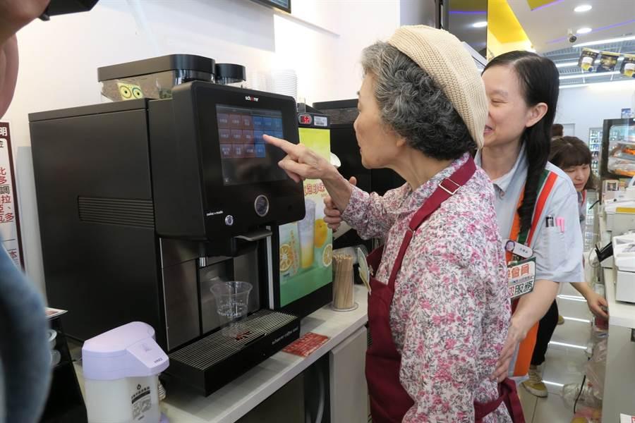 7-11幾點了咖啡館,郭春阿嬤學習煮咖啡。(7-11提供)