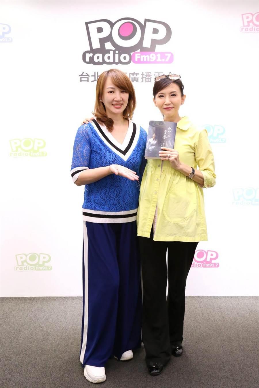 郁方(左)接受汪用和專訪,大讚其夫周守訓是正人君子。(POP Radio提供)