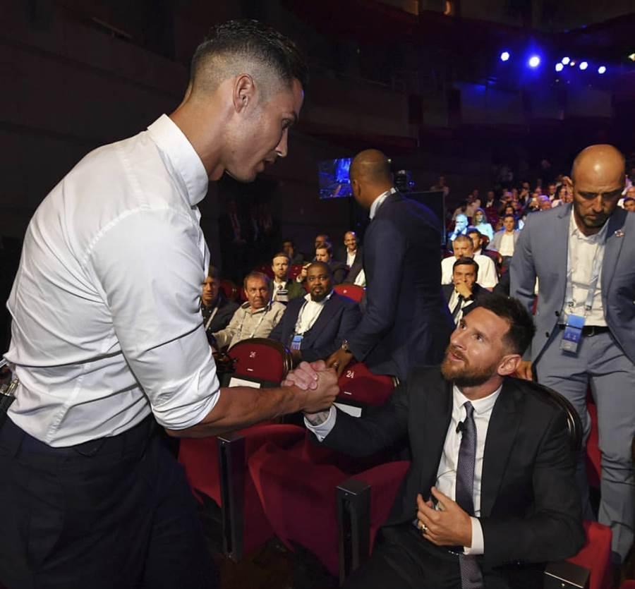 C羅(左)和梅西在歐足聯頒獎典禮展現好情誼。(IG翻攝)