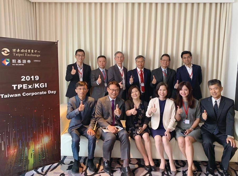 櫃買中心總經理李愛玲(前排右3),與凱基證券呂穎彰資深副總(前排左2)、及參加新加坡法說會之7家上櫃公司代表合影。圖/櫃買中心提供