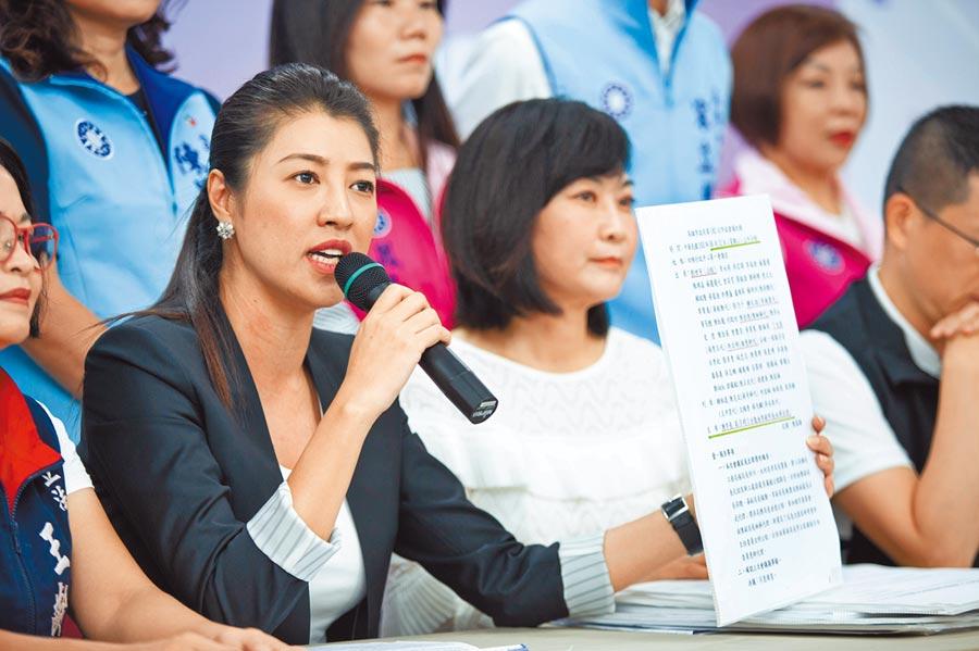 韓國瑜競選總部副執行長許淑華表示,歸功於韓國瑜上任,才有機會調閱幕後文件、掀開氣爆善款運用的真相。(袁庭堯攝)