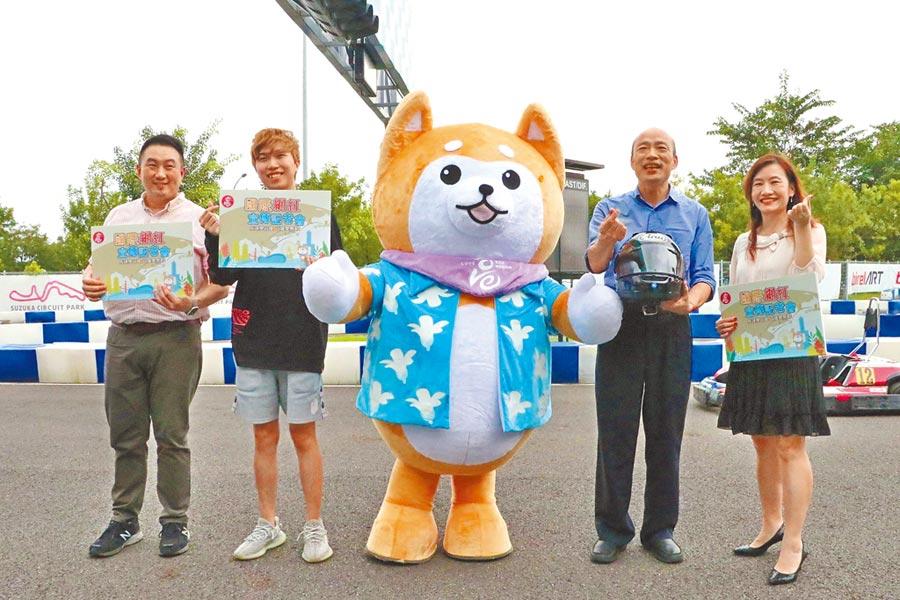 高雄巿長韓國瑜(右二)29日與國際級網紅一起宣傳高雄。(曹明正翻攝)
