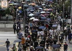 港示威者往禮賓府遊行 防暴警舉旗警告
