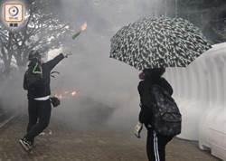 示威者衝擊港府總部 投擲汽油彈