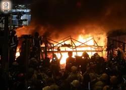 示威者警總附近燃燒雜物 濃煙升10樓高