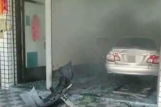 7旬翁疑倒車踩油門 衝撞路邊4車