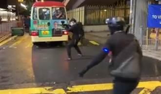 警方疑再出動「臥底」 黑衣男持胡椒彈槍拘示威者