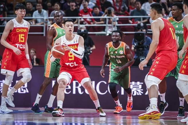大陸前鋒翟曉川接獲隊友傳球,準備伺機突破。(摘自FIBA官網)
