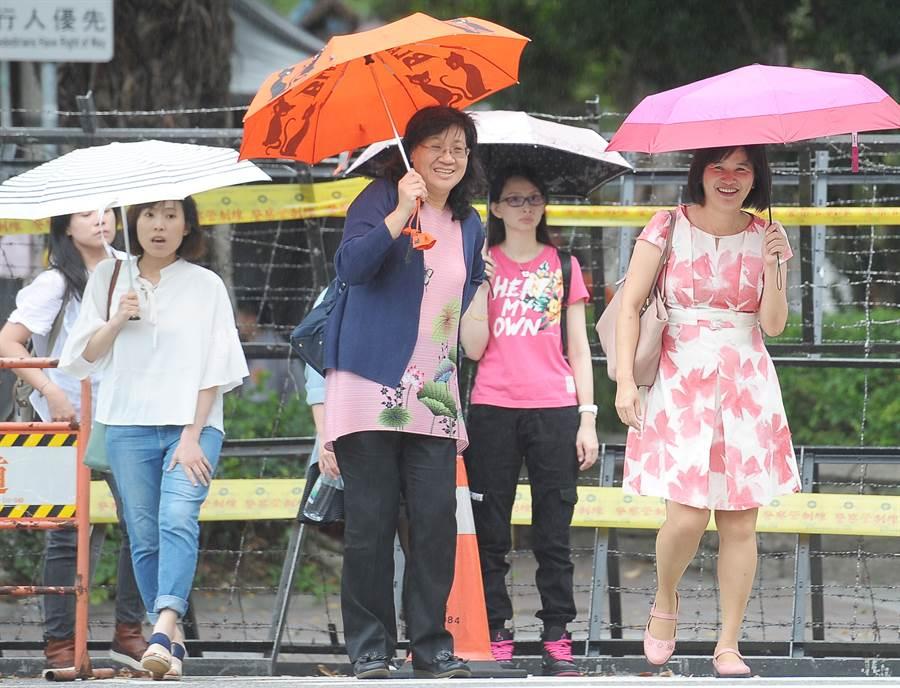 今日各地晴朗悶熱,午後有短暫雷陣雨。(資料照/季志翔攝)