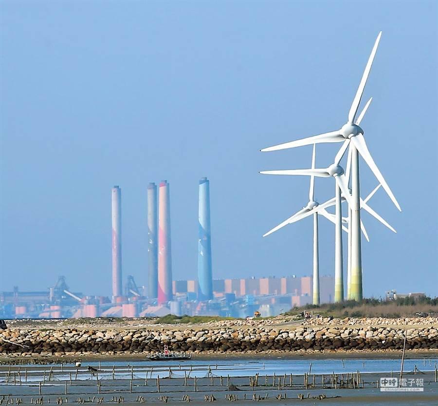 兩岸都有在海峽上構築風電萬里長城的雄心壯志。示意圖,圖為位於彰化縣線西鄉的風力發電機組(右前)與台中火力發電廠(左後)。(黃世麒攝)