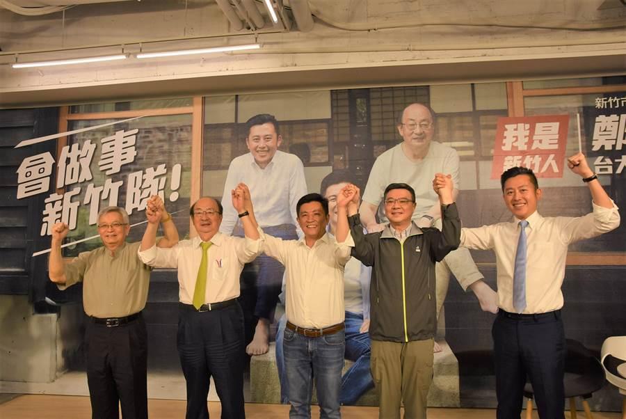 民進黨新竹市立委參選人鄭宏輝(中)競選辦公室今(31日)成立,民進黨主席卓榮泰(右二)出席支持。(莊旻靜攝)