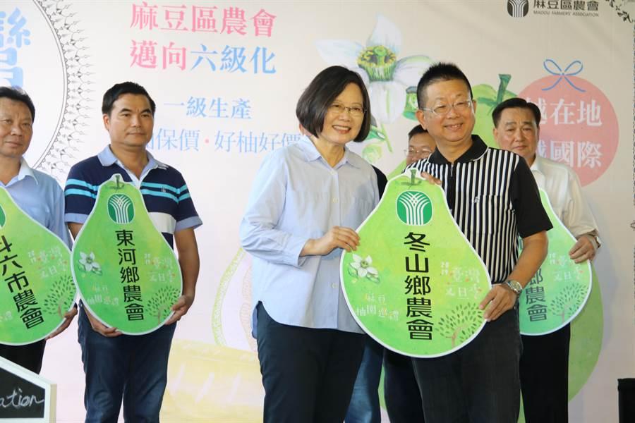 總統蔡英文(前排左)今至台南麻豆參加文旦季活動。(農委會提供)