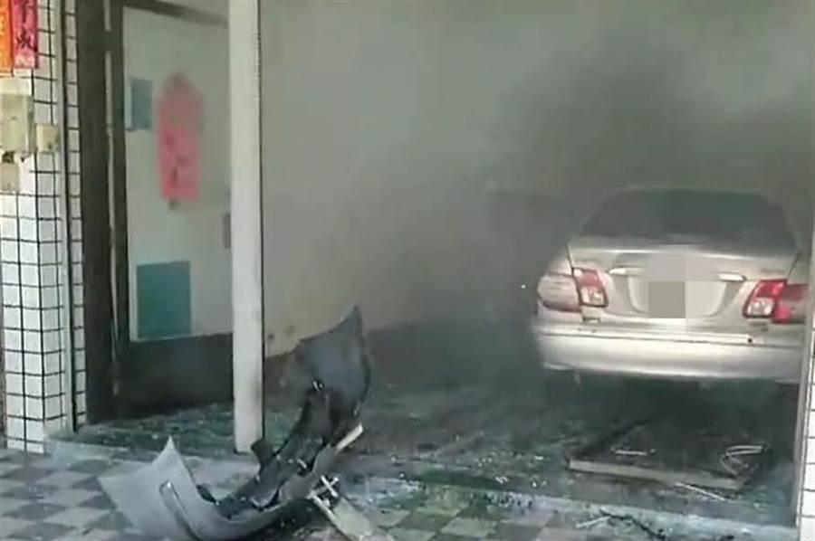 江姓老翁的自小客車衝入民宅,因煞車產生大量白煙,讓報案者誤以為發生火警。(林雅惠翻攝)