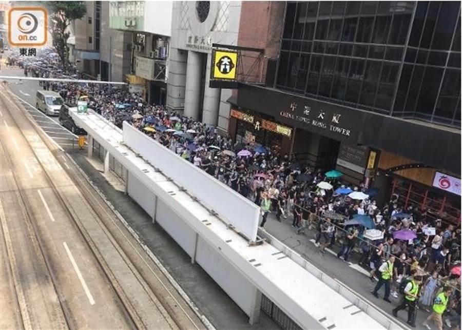 香港民眾開始聚集於街頭。(圖/翻攝自東網)