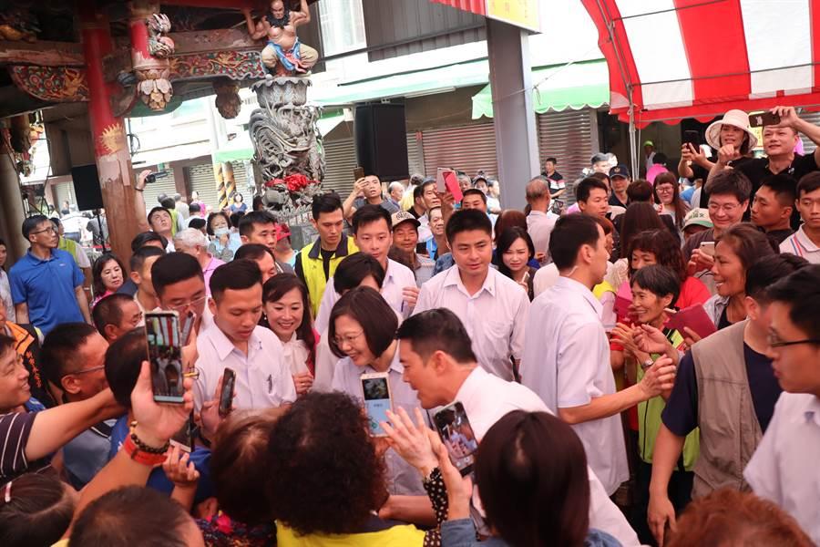 新市永安宮前熱情的民眾湧上前要與蔡英文總統握手。(劉秀芬攝)