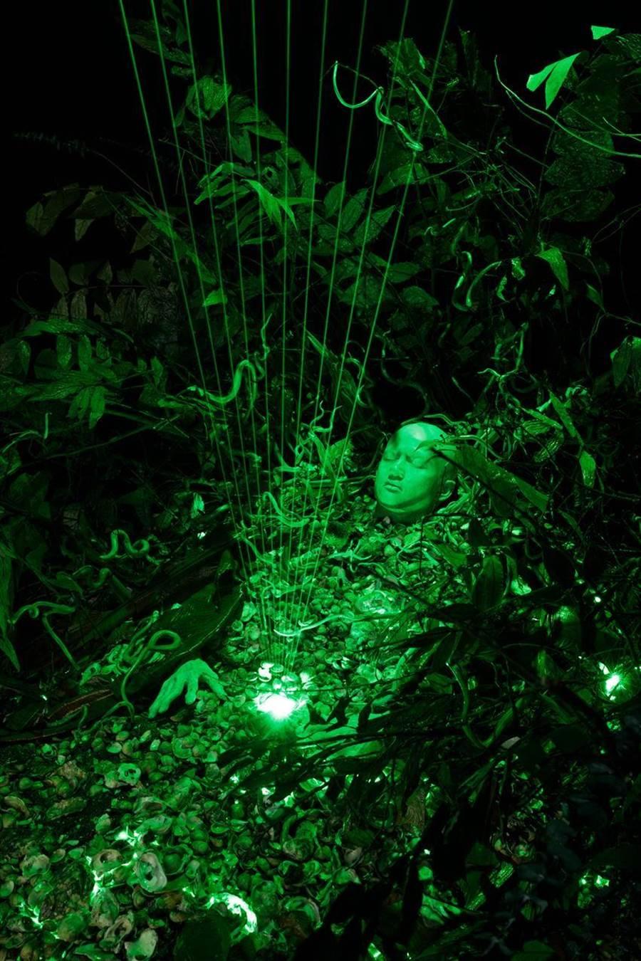 泰國藝術家寇拉克里.阿讓諾度才、美國藝術家亞歷克斯.格沃伊奇的最新共同創作,取材自泰國12名孩童與足球教練受困洞窟中被拯救事件。(圖/國美館)
