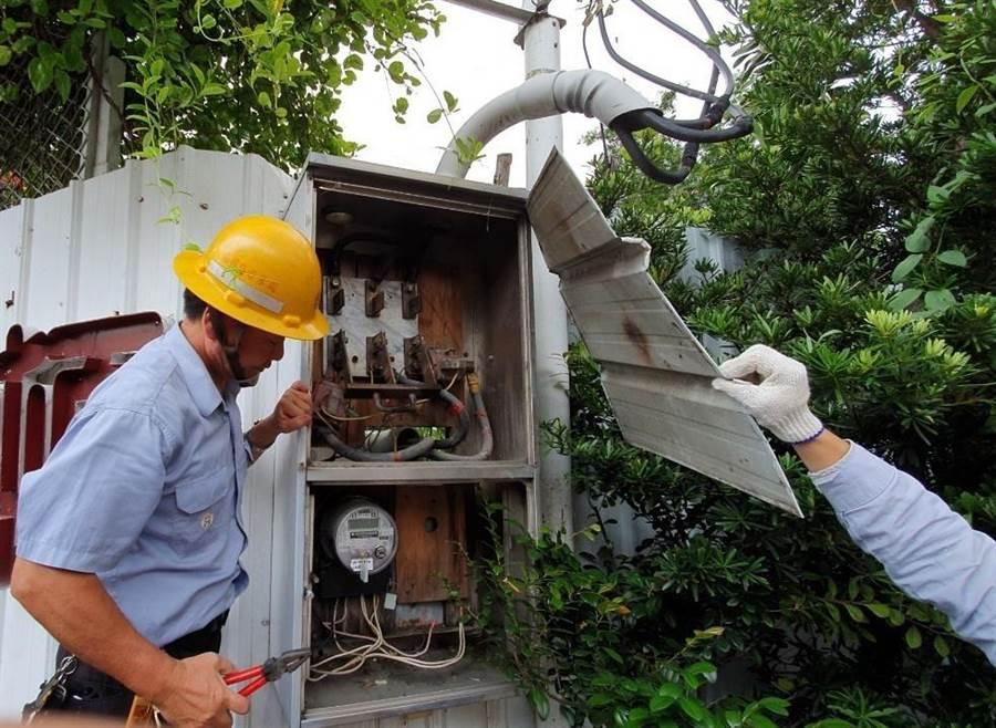 台中市府強制執行非法旅館及日租套房,斷水斷電處分。(盧金足攝)