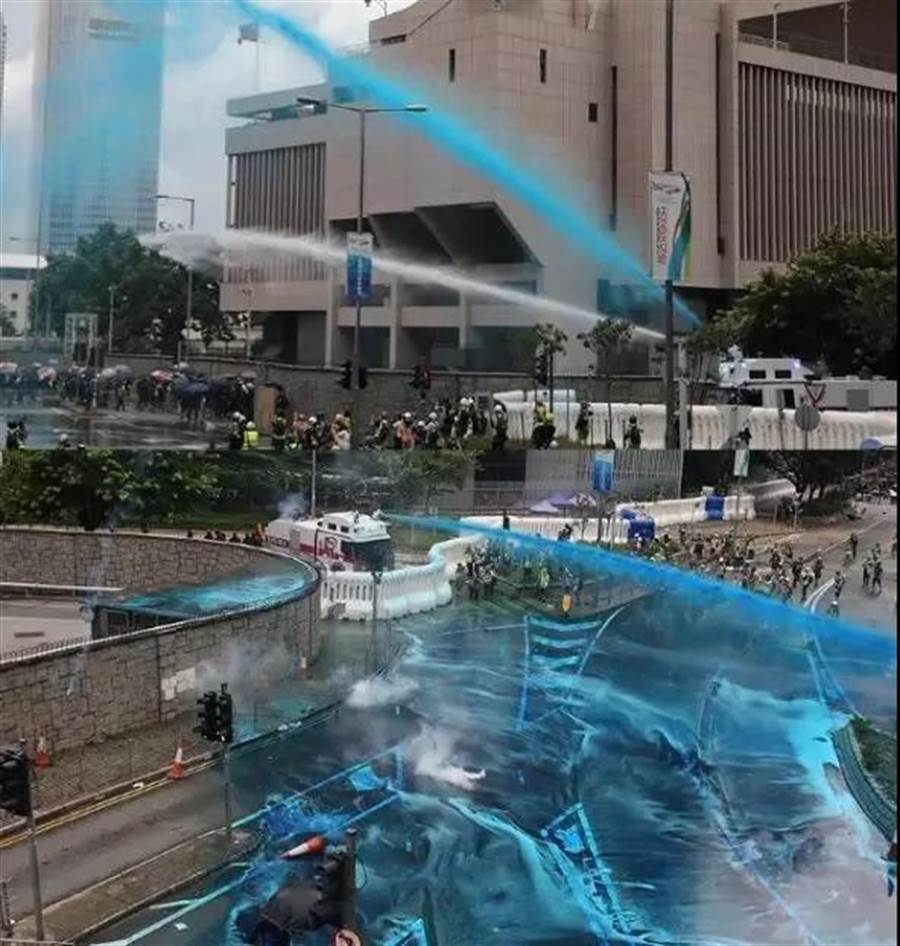 港警31日以藍色強力水柱驅散示威者。(取自海外網微信號)