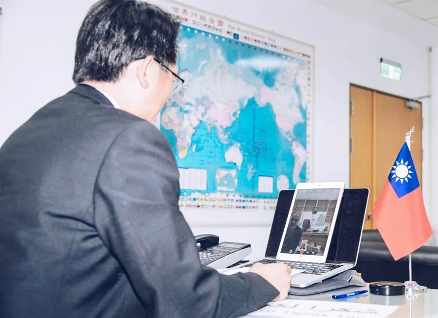 刑事局國際科長甘炎民與庫德自治區警方視訊協商將幼童帶回台灣事宜。(刑事局提供/林郁平台北傳真)
