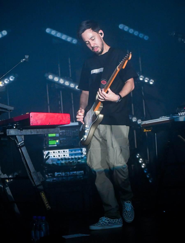 麥可篠田在演唱會上還兼任吉他手。(盧禕祺攝)