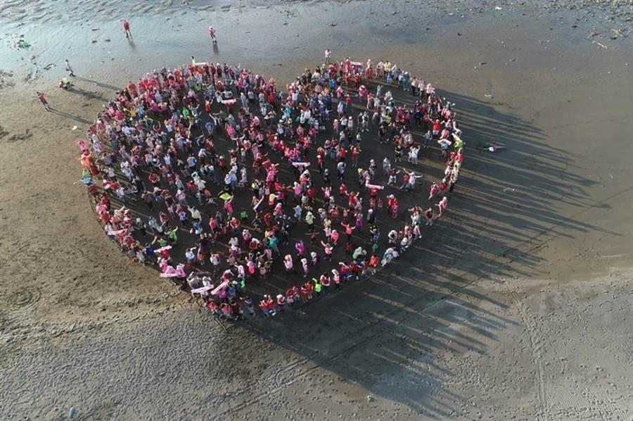 參與民眾排成心型,象徵破碎的愛心。(摘自珍愛桃園藻礁粉絲專頁)