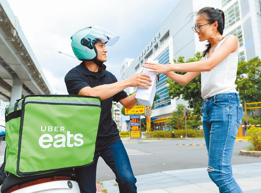 Uber eats外送員送餐過程。(本報資料照片)