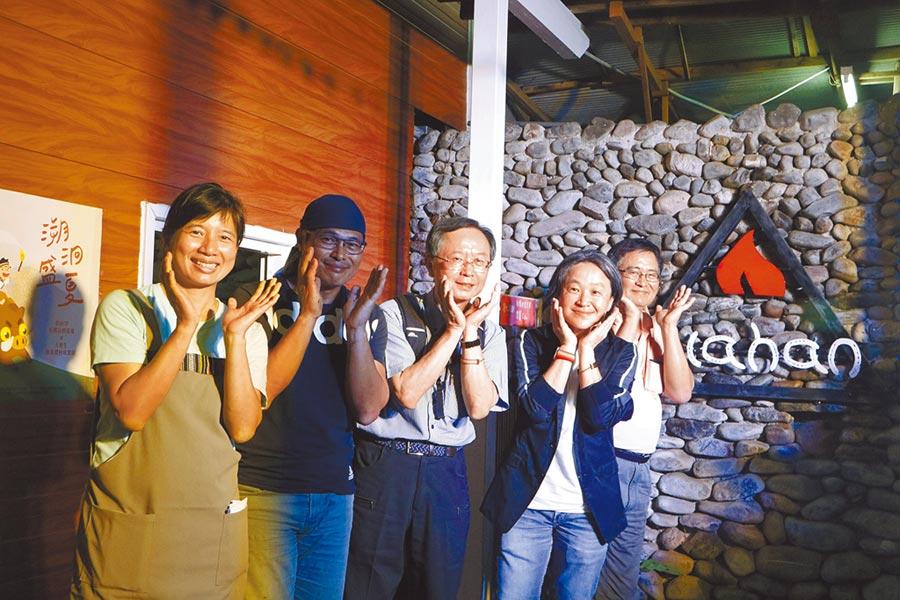 前台中市副市長林依瑩(左)催生「伯拉罕原鄉長照基地」,歷經5個多月籌備,終於開幕啟用。(翻攝照片/王文吉傳真)